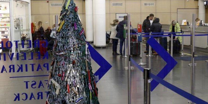 Xριστουγεννιάτικη διακόσμηση από κατασχεθέντα αντικείμενα στο αεροδρόμιο της Λιθουανίας
