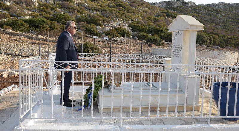 Κατάθεση στεφάνου από τον Γ. Χατζηθεοδοσίου στο μνήμα της Κυράς της Ρω