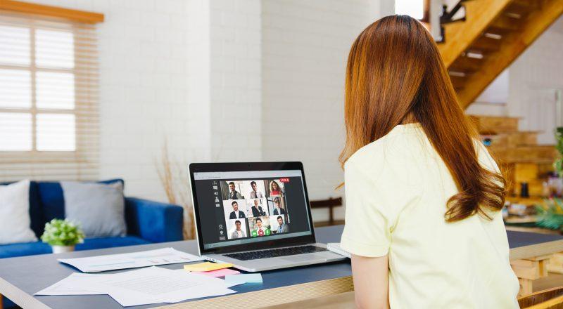 Τηλε-εργασία ή επιστροφή στο γραφείο;  Το 72% προτιμά ένα υβριδικό μοντέλο εργασίας